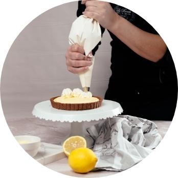 Pasticcere decora una torta